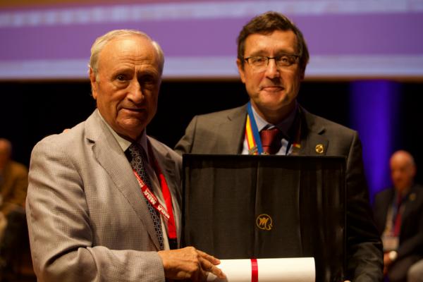 Doctor Guillen nombrado miembro merito SECOT