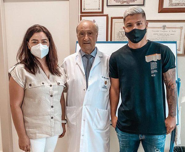 Cucho Hernandez reconocimiento clinica cemtro